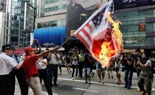 Le Japon a appelé la Chine à protéger ses ressortissants au lendemain de manifestations contre l'achat par Tokyo d'îles dont Pékin revendique la souveraineté, tandis que des milliers de Chinois sont de nouveau descendus dans la rue dimanche pour dire leur colère.