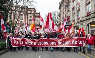 Des manifestants marchent, le 7 décembre dans les rues de Mulhouse, pour protester contre la fusion de l'Alsace avec la Lorraine et la Champagne-Ardenne, qui revient lundi devant l'Assemblée nationale