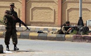 Des soldats pakistanais prennent position devant le consulat américain à Peshawar (Pakistan) après une série d'attaques, le 5 avril 2010.