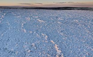 Un drone piloté par une équipe de scientifiques australiens a filmé en avril 2017 sur la mer de Ross, en Antarctique, d'incroyables images montrant une zone recouverte de glace en « peau de dragon ».