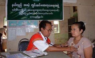 Il n'est certes pas acclamé par des foules en liesse, comme son adversaire à chacune de ses sorties. Mais le candidat qui affrontera l'opposante birmane Aung San Suu Kyi aux législatives partielles du 1er avril se refuse à parler de bataille perdue.
