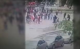 Capture d'écran d'une vidéo de télésurveillance de l'attaque d'un policier sur le parvis de Notre-Dame, à paris, le 6 juin 2017.