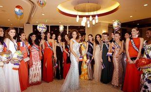 Les candidates Miss France 2018 entourant Miss France 2017.