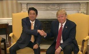 La longue poignée de main entre Shinzo Abe et Donald Trump