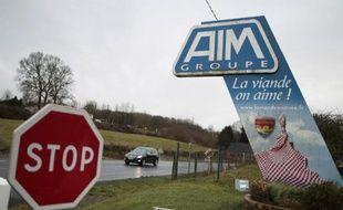 Le logo du groupe des abattoirs AIM à l'entrée de son site de Sainte-Cécile, dans la Manche, le 6 janvier 2015