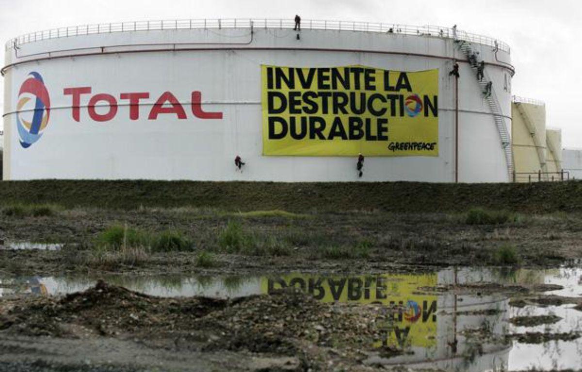 Manifestation de Greenpeace contre une raffinerie du groupe Total, au Havre, en octobre 2009. – SIPA