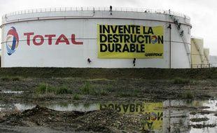 Manifestation de Greenpeace contre une raffinerie du groupe Total, au Havre, en octobre 2009.