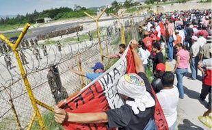 Manifestation de soutienà Manuel Zelaya devant l'aéroport de Tegucigalpa, samedi.