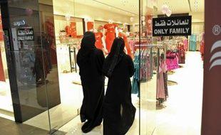 Les magasins saoudiens employant des hommes et des femmes devront désormais ériger une séparation d'au moins 160 centimètres de haut pour empêcher les deux sexes de se côtoyer, a annoncé lundi la presse du royaume ultraconservateur.