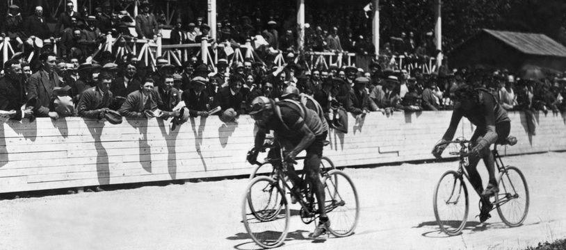 Francis Pélissier (en troisième position, à droite), à la conquête du maillot jaune sur le Tour de France 1927.
