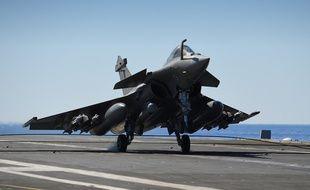 Un rafale de la Marine nationale française décolle du porte-avion Charles de Gaulle, le 30 septembre 2016.