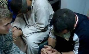 Un soldat américain face à un prisonnier irakien, en 2007