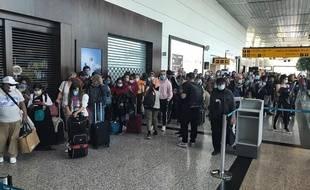 Cette photo fournie par la passagère franco-brésilienne Manuela Picq montre les personnes en attente de rapatriement à l'aéroport de Guayaquil, le 8 avril 2020.