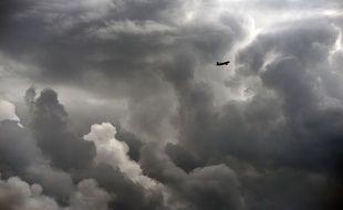 Un avion dans le ciel de Toulouse. Illustration.