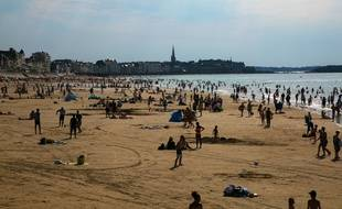 Vacanciers sur la plage de Saint-Malo le 19 juillet 2016.