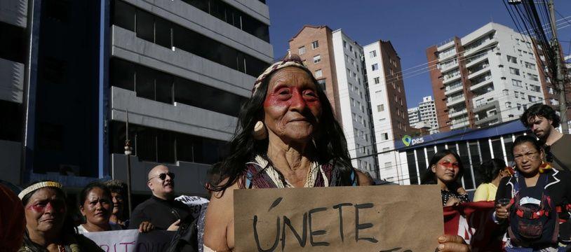 Une membre d'une communauté autochtone, pendant une manifestation à Quito (Équateur) contre l'entreprise Petroecuador, ce dimanche.
