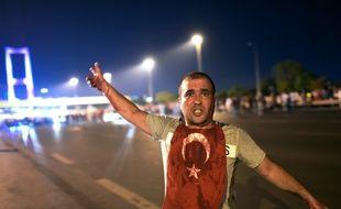 Un homme couvert de sang près du pont du Bosphore, à Istanbul, le 16 juillet 2016