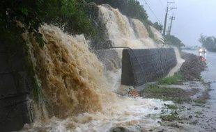 """Le """"super-typhon"""" Usagi, la plus puissante tempête tropicale de l'année, a frappé samedi Taiwan et les Philippines où il a fait au moins deux morts, et privé de courant des dizaines de milliers de foyers."""