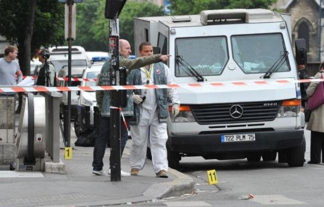 Les policiers cherchent des indices après l'attaque d'un fourgon blindé le 4 juin 2012 à Aubervilliers (Seine-Saint-Denis).