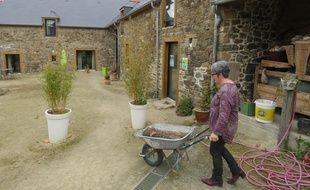 Annie Martin poursuit son activité d'agricultrice en plus des chambres d'hôtes.