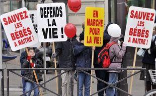 Des personnes brandissent des pancartes lors de la 7e