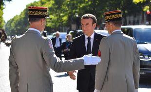 Le président de la République Emmanuel Macron et le chef d'état-major des armées Pierre de Villiers (de dos, à droite), le 14 juillet 2017 à Paris