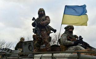 Des soldats de l'armée ukrainienne patrouillent sur un tank dans la ville de Debaltseve (région de Donetsk), le 24 décembre 2015