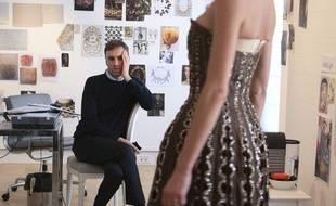 Le styliste Raf Simons dans les ateliers Christian Dior;