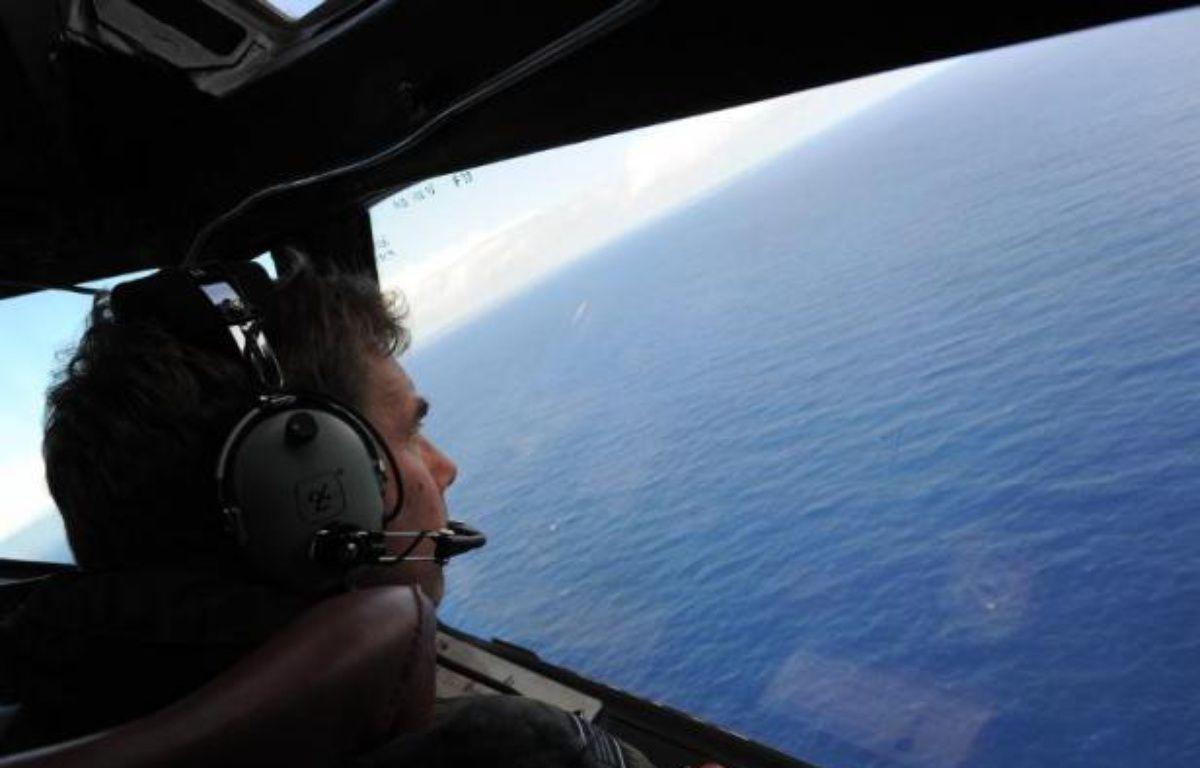 Un pilote de l'aviation néo-zélandaise scrute la mer le 13 avril 2014 à la recherche du vol MH370 de Malaysia Airlines au dessus de l'Océan Indien – Greg Wood Pool