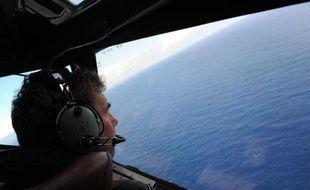 Un pilote de l'aviation néo-zélandaise scrute la mer le 13 avril 2014 à la recherche du vol MH370 de Malaysia Airlines au dessus de l'Océan Indien