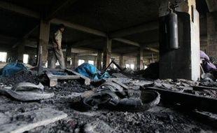 La police du Bangladesh a annoncé mardi qu'elle recherchait le propriétaire en fuite de l'usine textile ravagée par un incendie, qui a fait 110 morts, à la suite d'affirmations d'ouvriers rescapés assurant qu'ils avaient reçu l'ordre de ne pas quitter leur poste.