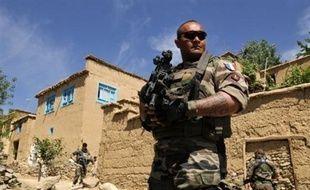 """S'ils ne sont pas officiellement en guerre en Afghanistan, les soldats français y mènent bien des opérations de guerre et en ont payé le """"prix du sang"""", le 18 août 2008, lorsque dix d'entre eux sont tombés dans une embuscade à Uzbeen, où 21 autres ont été blessés."""