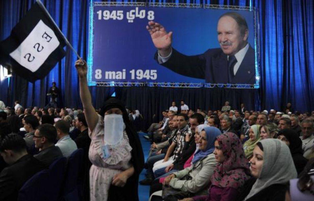 Les célébrations officielles du 50e anniversaire de l'indépendance de l'Algérie, prévues sur une année, ont commencé mercredi soir par un spectacle géant inspiré de son Histoire, en présence du président Abdelaziz Bouteflika, suivi de l'hymne algérien puis de spectaculaires feux d'artifices à travers le pays. – Farouk Batiche afp.com