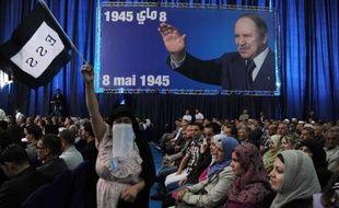 Les célébrations officielles du 50e anniversaire de l'indépendance de l'Algérie, prévues sur une année, ont commencé mercredi soir par un spectacle géant inspiré de son Histoire, en présence du président Abdelaziz Bouteflika, suivi de l'hymne algérien puis de spectaculaires feux d'artifices à travers le pays.