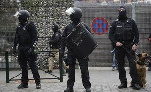 Les forces de police pendant l'arrestation de Salah Abdeslam à Molenbeek le 18 mars 2016