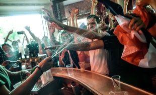 Au Carillon, l'un des bars visés par les terroristes du 13 Novembre, tout le monde fêtait la victoire des Bleus