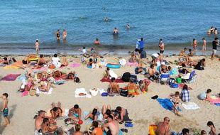 Des baigneurs sur une plage à Quiberon, dans le Morbihan. Six Français sur 10 privilégient les destinations du littoral pour leurs vacances.
