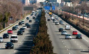 Sur l'autoroute, un enfant tombe de la voiture en marche (Illustration)