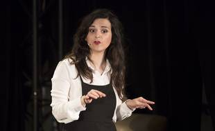 L'humoriste et autrice Laura Domenge lors de son spectacle