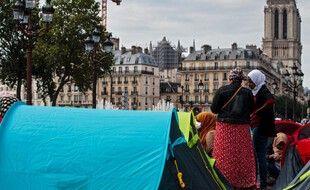 Des centaine de tentes ont été installées par l'association Utopia56 devant l'Hôtel de Ville de Paris, le 25 juin 2021.