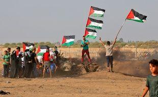 Des manifestants agitent des drapeaux palestiniens à Gaza, le 23 août 2019.