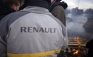 """Un salarié de Renault s'est suicidé dans la nuit de dimanche à lundi sur son lieu de travail à l'usine de Cléon (Seine-Maritime), laissant une lettre dans laquelle il dénonce """"pression"""" et """"chantage"""" de la part du groupe, a-t-on appris auprès de la CGT."""