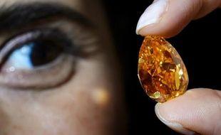 """n diamant orange """"vivid"""" de 14,82 carats, le plus gros de sa catégorie, a été vendu aux enchères mardi à Genève à un prix record de 31,5 millions de dollars (hors taxes et commissions) par Christie's."""