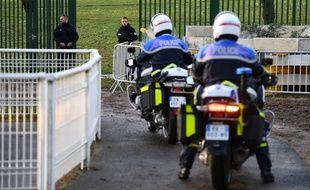 La police pénètre dans le parc où un homme a poignardé des passants, le 3 janvier 2020 à Villejuif.