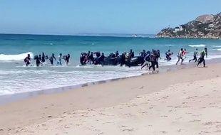 Image extraite de la vidéo montrant l'arrivée de migrants sur une plage espagnole le 9 août 2017.