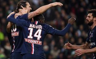 Thiago Motta félicite Zlatan Ibrahimovic lors du match entre le PSG et Saint-Etienne le 13 janvier 2015.