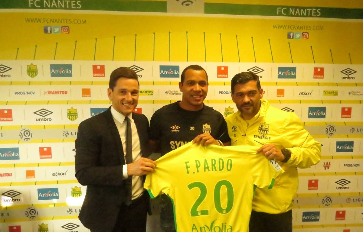 Felipe Pardo, entouré par Franck Kita (DG du FCN) et le coach Sergio Conceição. – D.P. / 20 minutes