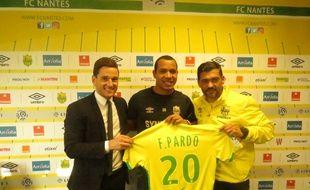 Felipe Pardo, entouré par Franck Kita (DG du FCN) et le coach Sergio Conceição.