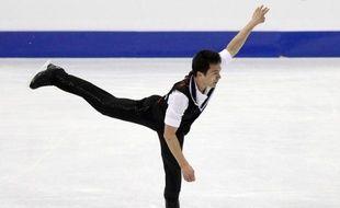 Le champion du monde en titre, le Canadien Patrick Chan, a pris la tête à l'issue du programme court messieurs avec 89,41 points, alors que Brian Joubert s'est classé 4e (83,47) et Florent Amodio, 6e (79,96), lors des Mondiaux-2012, vendredi à Nice.