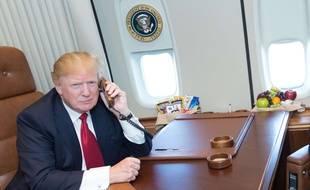 Image d'illustration: Donald Trump au téléphone à bord de son avion, l'Air Force One.